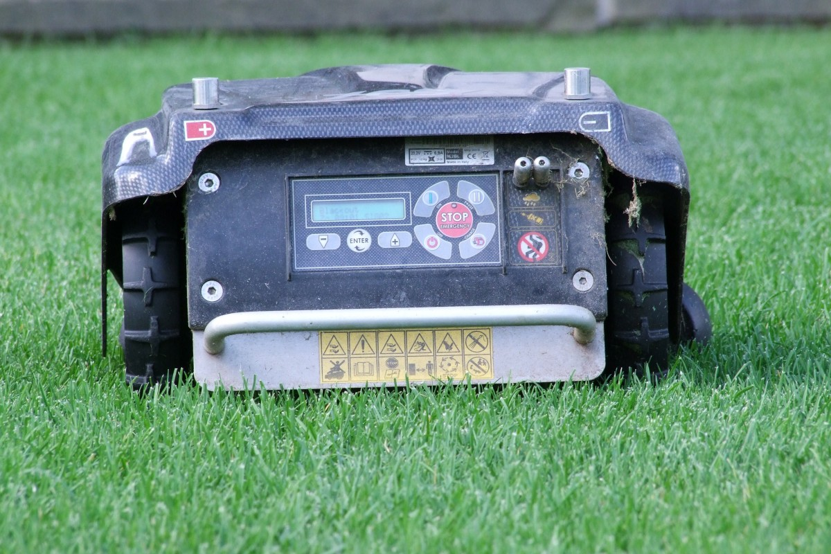 une pelouse facile d'entretien avec une tondeuse robot