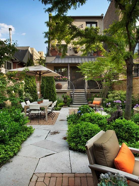 dalles et briquettes pour l'aménagement d'un jardin de ville