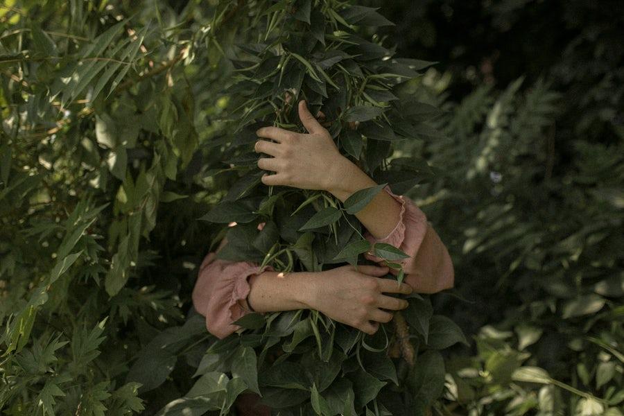 femme qui ressent les bienfaits du jardinage