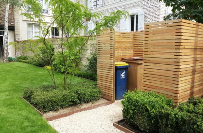 Local technique pour cacher les poubelles et le coffret électrique en panneaux bois à clair voie