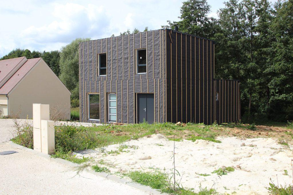 maison neuve avec coffrets électriques en limite de propriété qu'il faut cacher