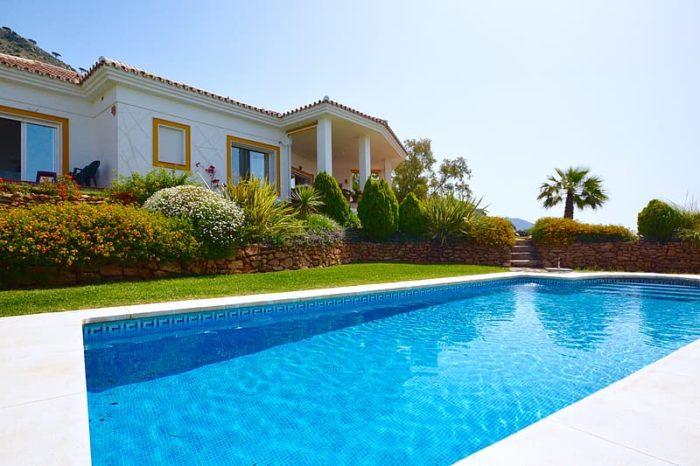 aménagement de jardin autour d'une piscine avec des massifs paysagés