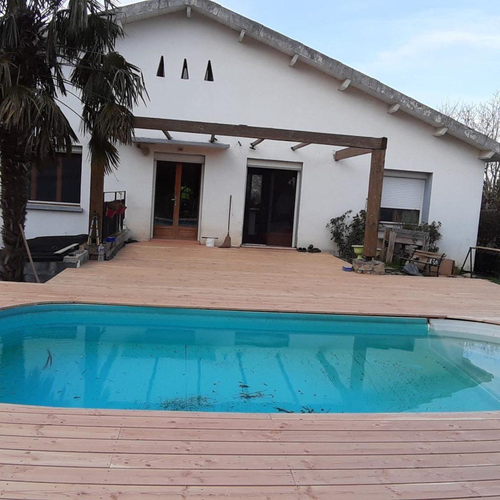 terrasse douglas, une essence de bois local autour d'une piscine